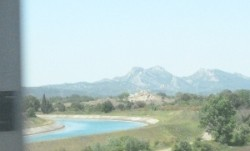 Dans le train vers Marseille. Alpilles et canal de Provence.